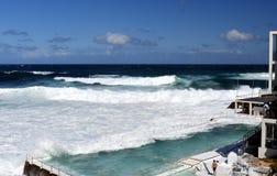 Πισίνες του παγόβουνου Bondi με την ωκεάνια άποψη στοκ εικόνες