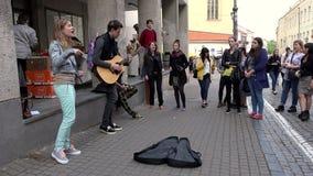 Πιστά buskers μουσικών που αποδίδουν την ημέρα μουσικής οδών φιλμ μικρού μήκους
