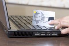 πιστωτικά χέρια καρτών που &ka στοκ φωτογραφίες με δικαίωμα ελεύθερης χρήσης