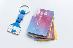 Πιστωτικές κάρτες, βασικό δαχτυλίδι - υποθήκη έννοιας στο άσπρο υπόβαθρο Στοκ Εικόνες