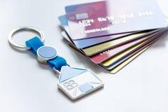 Πιστωτικές κάρτες, βασικό δαχτυλίδι - υποθήκη έννοιας στο άσπρο υπόβαθρο Στοκ εικόνα με δικαίωμα ελεύθερης χρήσης