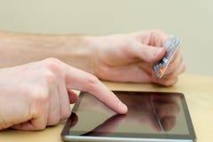 Πιστωτικές κάρτες και κινητός Στοκ εικόνες με δικαίωμα ελεύθερης χρήσης