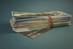 Πιστωτικές κάρτες και μια δέσμη των χρημάτων σε ένα σαφές μπλε υπόβαθρο στοκ εικόνες με δικαίωμα ελεύθερης χρήσης