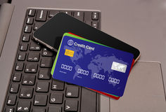 Πιστωτικές κάρτες και smartphone στα κλειδιά πληκτρολογίων Στοκ φωτογραφία με δικαίωμα ελεύθερης χρήσης