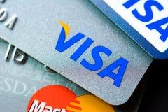 Πιστωτικές κάρτες με τα λογότυπα εμπορικών σημάτων VISA και MasterCard Στοκ Φωτογραφία