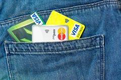 Πιστωτικές κάρτες στην τσέπη των τζιν Στοκ εικόνες με δικαίωμα ελεύθερης χρήσης
