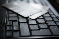 Πιστωτικές κάρτες στο πληκτρολόγιο Στοκ εικόνες με δικαίωμα ελεύθερης χρήσης