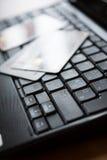 Πιστωτικές κάρτες στο πληκτρολόγιο Στοκ φωτογραφία με δικαίωμα ελεύθερης χρήσης