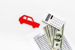 Πιστωτική έννοια αυτοκινήτων Τα χρήματα και ο υπολογιστής κοντά στο αυτοκίνητο σκιαγραφούν στο άσπρο υπόβαθρο το τοπ διάστημα αντ Στοκ Εικόνες