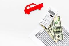 Πιστωτική έννοια αυτοκινήτων Τα χρήματα και ο υπολογιστής κοντά στο αυτοκίνητο σκιαγραφούν στο άσπρο υπόβαθρο το τοπ διάστημα αντ Στοκ φωτογραφίες με δικαίωμα ελεύθερης χρήσης