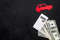 Πιστωτική έννοια αυτοκινήτων Τα χρήματα και ο υπολογιστής κοντά στο αυτοκίνητο σκιαγραφούν στο μαύρο υπόβαθρο το τοπ διάστημα αντ Στοκ φωτογραφία με δικαίωμα ελεύθερης χρήσης