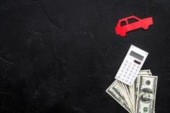 Πιστωτική έννοια αυτοκινήτων Τα χρήματα και ο υπολογιστής κοντά στο αυτοκίνητο σκιαγραφούν στο μαύρο υπόβαθρο το τοπ διάστημα αντ Στοκ φωτογραφίες με δικαίωμα ελεύθερης χρήσης