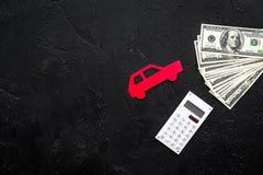 Πιστωτική έννοια αυτοκινήτων Τα χρήματα και ο υπολογιστής κοντά στο αυτοκίνητο σκιαγραφούν στο μαύρο υπόβαθρο το τοπ διάστημα αντ Στοκ εικόνες με δικαίωμα ελεύθερης χρήσης