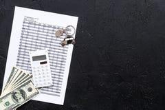 Πιστωτική έννοια αυτοκινήτων Χρήματα και υπολογιστής keychain πλησίον στη μορφή της σκιαγραφίας αυτοκινήτων στο μαύρο αντίγραφο ά Στοκ Εικόνες