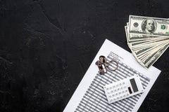 Πιστωτική έννοια αυτοκινήτων Χρήματα και υπολογιστής keychain πλησίον στη μορφή της σκιαγραφίας αυτοκινήτων στο μαύρο αντίγραφο ά Στοκ Φωτογραφίες