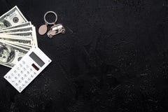 Πιστωτική έννοια αυτοκινήτων Χρήματα και υπολογιστής keychain πλησίον στη μορφή της σκιαγραφίας αυτοκινήτων στο μαύρο αντίγραφο ά Στοκ εικόνα με δικαίωμα ελεύθερης χρήσης