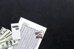 Πιστωτική έννοια αυτοκινήτων Χρήματα και υπολογιστής keychain πλησίον στη μορφή της σκιαγραφίας αυτοκινήτων στο μαύρο αντίγραφο ά Στοκ φωτογραφία με δικαίωμα ελεύθερης χρήσης