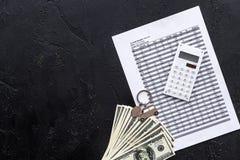Πιστωτική έννοια αυτοκινήτων Χρήματα και υπολογιστής keychain πλησίον στη μορφή της σκιαγραφίας αυτοκινήτων στο μαύρο αντίγραφο ά Στοκ Εικόνα