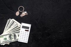 Πιστωτική έννοια αυτοκινήτων Χρήματα και υπολογιστής keychain πλησίον στη μορφή της σκιαγραφίας αυτοκινήτων στο μαύρο αντίγραφο ά Στοκ φωτογραφίες με δικαίωμα ελεύθερης χρήσης