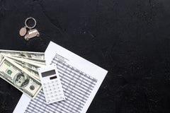 Πιστωτική έννοια αυτοκινήτων Χρήματα και υπολογιστής keychain πλησίον στη μορφή της σκιαγραφίας αυτοκινήτων στο μαύρο αντίγραφο ά Στοκ εικόνες με δικαίωμα ελεύθερης χρήσης