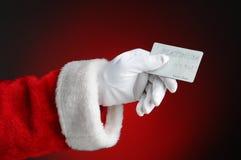 Πιστωτική κάρτα εκμετάλλευσης χεριών Άγιου Βασίλη Στοκ φωτογραφία με δικαίωμα ελεύθερης χρήσης