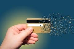 Πιστωτική κάρτα εκμετάλλευσης χεριών που ψεκάζεται Στοκ Εικόνες