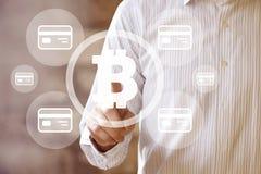 Πιστωτική κάρτα δικτύων κουμπιών επιχειρηματιών πιέζοντας bitcoin Στοκ Εικόνες