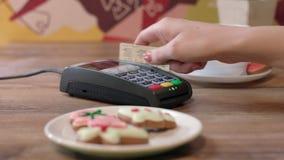 Πιστωτική κάρτα ισχυρών κτυπημάτων χεριών γυναικών στο τερματικό πληρωμής Γυναίκα που πληρώνει από την πιστωτική κάρτα απόθεμα βίντεο