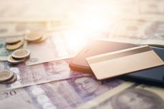 Πιστωτική κάρτα και έξυπνο τηλέφωνο στα τραπεζογραμμάτια Στοκ Εικόνα