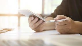 Πιστωτική κάρτα λαβής ατόμων αγορών σε απευθείας σύνδεση που ψωνίζει σε διαθεσιμότητα σε κινητό Στοκ εικόνα με δικαίωμα ελεύθερης χρήσης