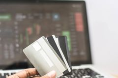 Πιστωτική κάρτα με το όργανο ελέγχου που παρουσιάζει ηλεκτρονικό εμπόριο, σε απευθείας σύνδεση συναλλαγή στοκ φωτογραφία με δικαίωμα ελεύθερης χρήσης