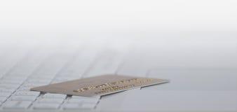 Πιστωτική κάρτα στο άσπρο πληκτρολόγιο υπολογιστών Στοκ εικόνες με δικαίωμα ελεύθερης χρήσης