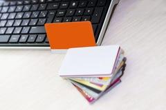 Πιστωτική κάρτα στο πληκτρολόγιο στοκ φωτογραφίες με δικαίωμα ελεύθερης χρήσης