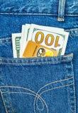 Πιστωτική κάρτα MasterCard με τα αμερικανικά δολάρια που κολλούν από την πλάτη Στοκ Φωτογραφία