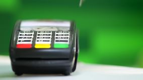 Πιστωτική κάρτα Swiping για τη συναλλαγή πώλησης απόθεμα βίντεο