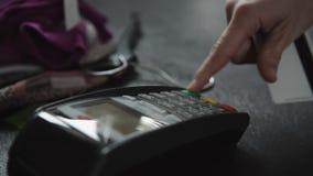 Πιστωτική κάρτα Swiping χεριών στο κατάστημα απόθεμα βίντεο