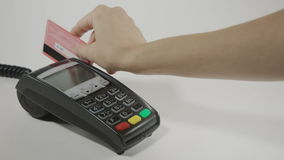 Πιστωτική κάρτα Swiping χεριών POS στο τερματικό φιλμ μικρού μήκους