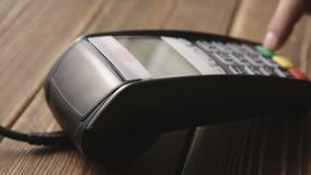 Πιστωτική κάρτα Swiping χεριών POS στο τερματικό απόθεμα βίντεο