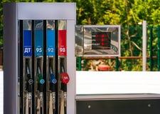 Πιστόλια καυσίμων των διαφορετικών χρωμάτων σε ένα βενζινάδικο Στοκ εικόνες με δικαίωμα ελεύθερης χρήσης