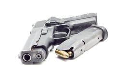 Πιστόλι με τα πυρομαχικά, άσπρο υπόβαθρο Στοκ φωτογραφία με δικαίωμα ελεύθερης χρήσης