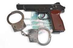 Πιστόλι με τις χειροπέδες στα χρήματα που απομονώνονται Στοκ φωτογραφία με δικαίωμα ελεύθερης χρήσης