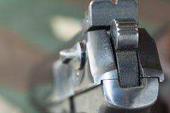 Πιστόλι πυροβόλων στο στρατιωτικό υπόβαθρο κάλυψης Στοκ εικόνες με δικαίωμα ελεύθερης χρήσης