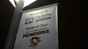 ΠΙΤΣΜΠΟΥΡΓΚ - Το Φεβρουάριο του 2018 Circa - οι Pittsburgh Penguins NHL μαρκάρισαν τα πρότυπα σημαιών κοντά στο χώρο χρωμάτων PPG φιλμ μικρού μήκους