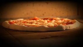 Πιτσών φούρνων margherita τηλεοπτική πίτσα τροφίμων mozzarela ιταλική, ελιές μανιταριών ζαμπόν απόθεμα βίντεο