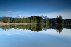 Πιό άγρια σειρά βουνών Kaiser που απεικονίζεται σε μια λίμνη βουνών Στοκ εικόνες με δικαίωμα ελεύθερης χρήσης