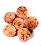Πιό γλυκό χέρι - γίνοντα κέικ φλυτζανιών με τα κομμάτια κερασιών Στοκ εικόνες με δικαίωμα ελεύθερης χρήσης
