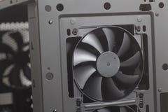 Πιό δροσερός ανεμιστήρας μέσα στο PC υπόθεσης υπολογιστών γραφείου στοκ εικόνα με δικαίωμα ελεύθερης χρήσης