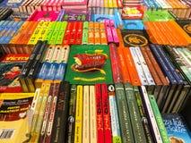 Πιό πρόσφατα διάσημα μυθιστορήματα για την πώληση στο κατάστημα βιβλίων βιβλιοθήκης στοκ φωτογραφίες