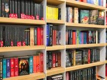 Πιό πρόσφατα διάσημα μυθιστορήματα για την πώληση στο κατάστημα βιβλίων βιβλιοθήκης στοκ εικόνες