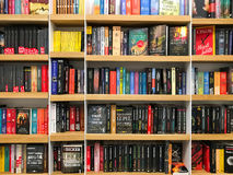 Πιό πρόσφατα διάσημα μυθιστορήματα για την πώληση στο κατάστημα βιβλίων βιβλιοθήκης στοκ φωτογραφία με δικαίωμα ελεύθερης χρήσης